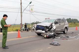 Xe ô tô và xe máy đối đầu, 2 người tử vong