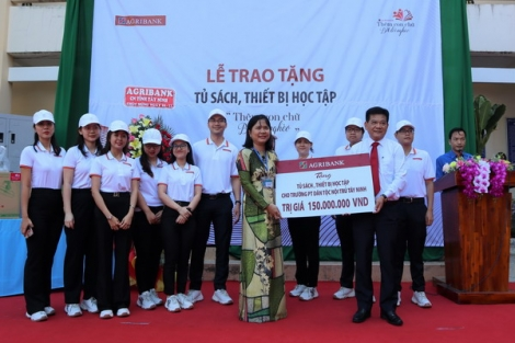 Ngân hàng Agribank Chi nhánh Tây Ninh: Trao tặng tủ sách, thiết bị học tập cho Trường Phổ thông Dân tộc Nội trú Tây Ninh