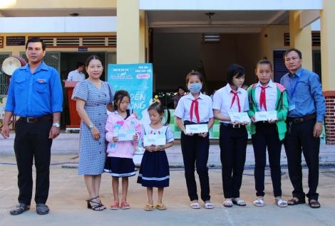 Trao học bổng tiếp sức đến trường cho học sinh Thị xã Hoà Thành