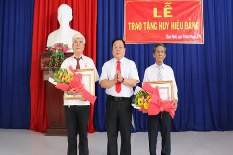 Gò Dầu: Trao Huy hiệu 55, 50, 40 và 30 năm tuổi Đảng cho các đảng viên