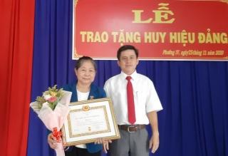 Trao Huy hiệu 40 năm tuổi Đảng cho đảng viên tại phường IV