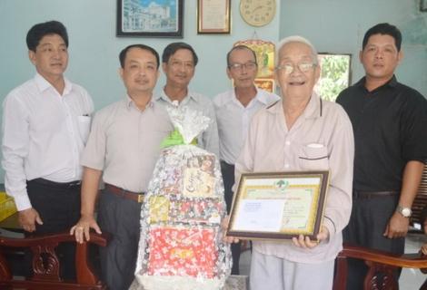 Hòa Thành: Trao thiếp mừng thọ của Chủ tịch nước tặng các cụ trên 100 tuổi