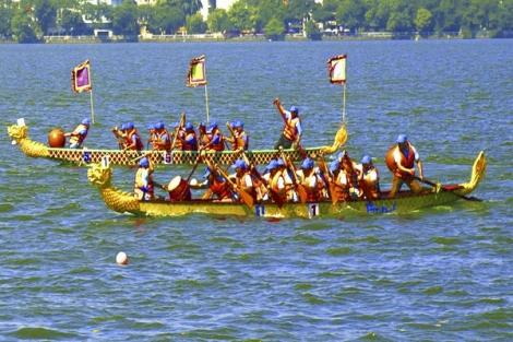 Bơi chải thuyền rồng trên Hồ Tây