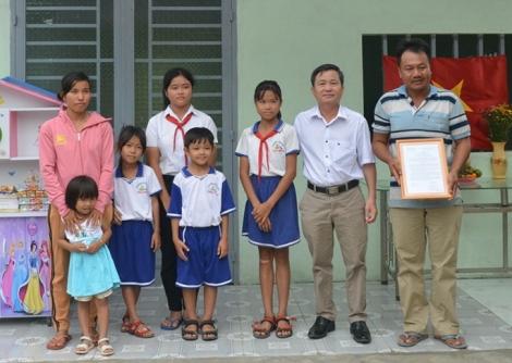 Tân Châu bàn giao 2 nhà khăn quàng đỏ cho học sinh nghèo