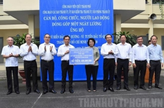 Bí thư Thành uỷ Nguyễn Văn Nên cùng cán bộ, công chức TP.HCM quyên góp ủng hộ Quỹ vì biển đảo quê hương