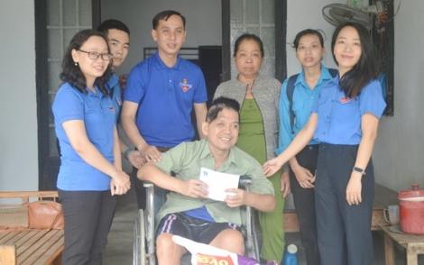 Thị đoàn Hòa Thành thăm hỏi, tặng quà nạn nhân tai nạn giao thông