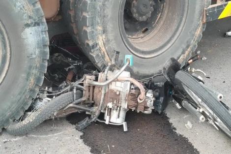 Qua giao lộ bất cẩn, xe máy bị ô tô tải cuốn vào gầm