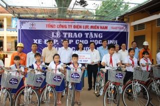 Tặng xe đạp và tập vở cho học sinh hiếu học, vượt khó