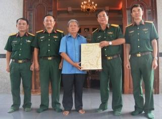 Bộ CHQS tỉnh: Thăm, tặng quà cán bộ cao cấp quân đội nghỉ hưu