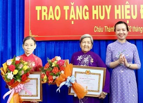 Châu Thành trao huy hiệu 50, 45, 40 và 30 năm tuổi Đảng