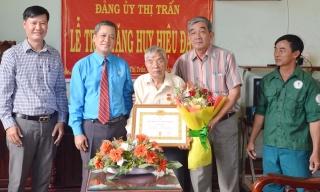 Tân Châu: Trao tặng Huy hiệu 60 năm tuổi Đảng cho đảng viên Thị trấn