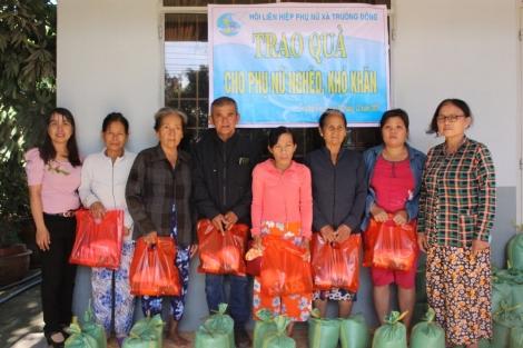 Tặng quà cho phụ nữ khó khăn xã Trường Đông