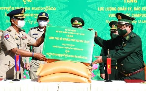 Biên phòng Việt Nam và Tập đoàn TTC tặng 200 tấn gạo cho lực lượng quản lý, bảo vệ biên giới Campuchia