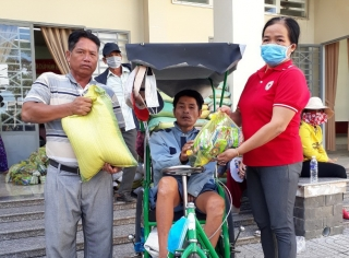Huyện Châu Thành: Tặng quà cho người nghèo, người khuyết tật.