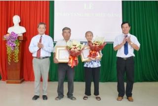 Tân Châu trao tặng huy hiệu 50, 40 năm tuổi Đảng cho đảng viên