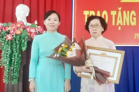 Đảng ủy phường 2 tổ chức trao tặng huy hiệu 50 năm tuổi Đảng