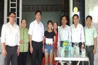Lãnh đạo huyện Dương Minh Châu thăm bé gái 12 tuổi bị hành hung sau tai nạn giao thông