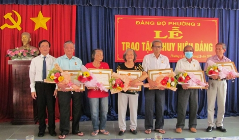 Thành ủy Tây Ninh: Trao Huy hiệu Đảng cho đảng viên phường 1, 3
