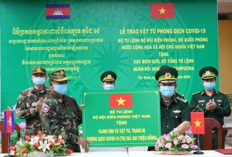 Bộ Tư lệnh BĐBP Việt Nam hỗ trợ kinh phí và vật tư phòng chống dịch cho Cục Biên giới Campuchia