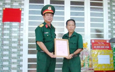 """Trao nhà """"Tình nghĩa Quân-dân"""" ở huyện Dương Minh Châu"""