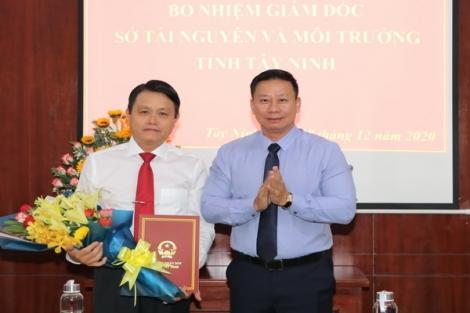Chủ tịch UBND tỉnh trao quyết định công tác cán bộ