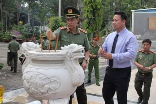Thứ trưởng Bộ Công an Lê Tấn Tới viếng nghĩa trang liệt sỹ tại Tây Ninh