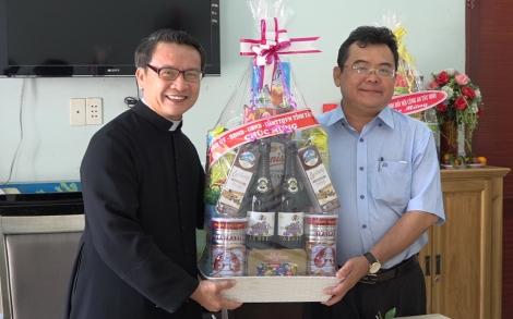 Bí thư Thị ủy Trảng Bàng thăm, tặng quà các giáo xứ Công giáo