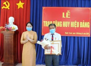 Trao Huy hiệu 45 và 30 năm tuổi Đảng cho đảng viên