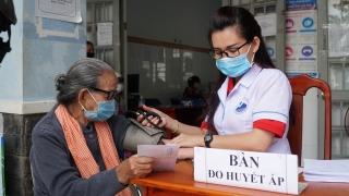 Khám bệnh, phát quà cho người nghèo xã Thành Long, huyện Châu Thành
