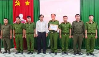 UBND huyện Gò Dầu khen thưởng đột xuất Công an xã Phước Đông