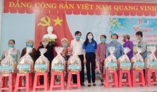 Huyện Dương Minh Châu: Tặng quà cho hộ gia đình khó khăn