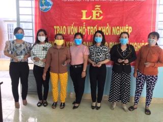 Trao vốn khởi nghiệp cho phụ nữ nghèo tại xã Hòa Hội
