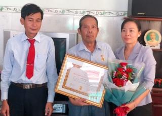 Thành ủy Tây Ninh trao tặng Huy hiệu 30 năm tuổi Đảng cho đảng viên phường Hiệp Ninh