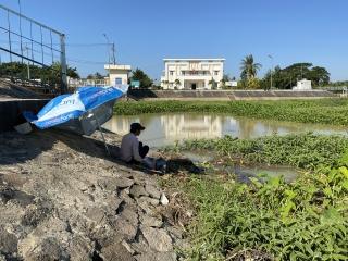 Bất chấp cảnh báo, nhiều người vẫn vào vùng nguy hiểm của đập Tha La để …câu cá