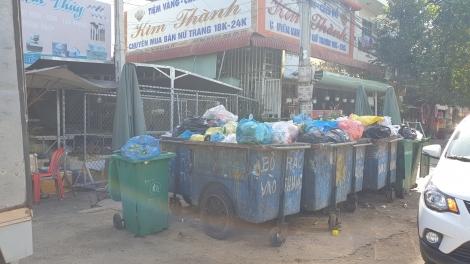 Tập kết rác thải trước cổng chợ làm mất mỹ quan và ô gây nhiễm môi trường