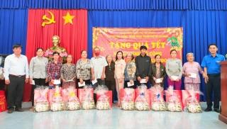 Tặng quà tết cho gia đình có công nuôi giấu cán bộ thành đoàn năm xưa tại phường An Tịnh