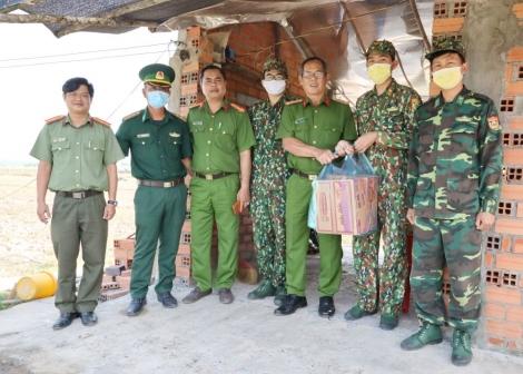 Công an tỉnh: Thăm, tặng quà cho các chốt phòng, chống dịch Covid-19 trên địa bàn huyện Bến Cầu