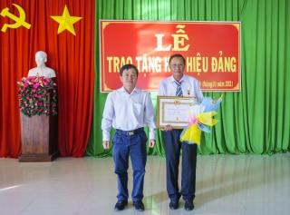 Tân Châu trao Huy hiệu 40 năm tuổi Đảng cho đảng viên xã Tân Phú
