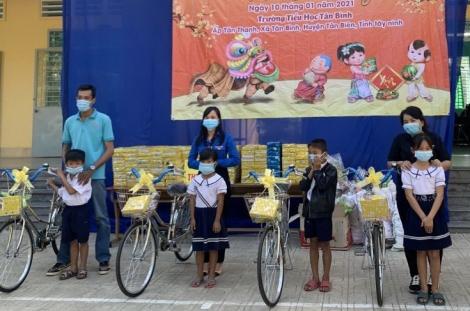 Tặng quà cho học sinh và gia đình khó khăn xã Tân Bình