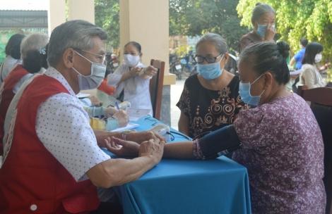 Khám bệnh, tặng quà cho người nghèo phường Long Thành Bắc