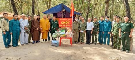 Thăm, tặng quà các điểm chốt phòng, chống dịch Covid-19 tại xã Tân Hà