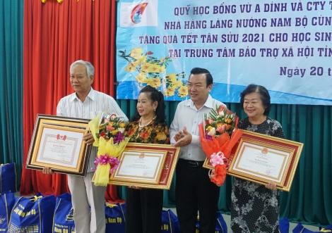 Công ty TNHH TM-DV nhà hàng làng nướng Nam bộ, Quỹ học bổng Vừ A Dính tặng quà tết tại Tây Ninh