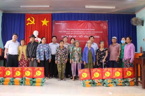 Bưu chính Viettel Tây Ninh: Tặng 200 phần quà tết cho người có hoàn cảnh khó khăn ở huyện Bến Cầu