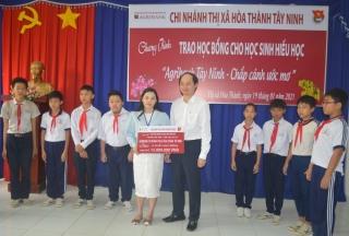 Agribank Hòa Thành trao 30 suất học bổng cho học sinh hiếu học