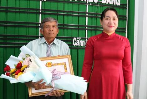 Gò Dầu: Trao Huy hiệu 40 và 30 năm tuổi Đảng cho đảng viên