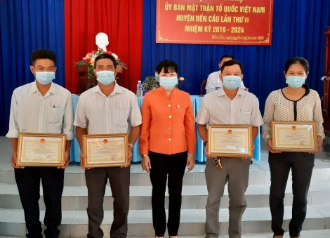 Năm 2020: UB.MTTQ Việt Nam huyện Bến trao tặng trên 7.000 suất quà cho người dân nghèo, trị giá gần 2,8 tỷ đồng