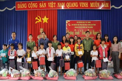 Chi đoàn Báo Tây Ninh:  Tặng quà Tết cho người dân và học sinh có hoàn cảnh khó khăn tại xã Mỏ Công