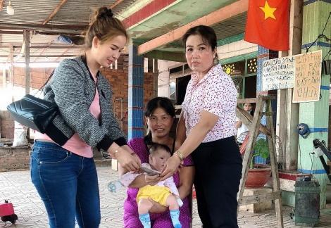 Tặng quà cho hộ nghèo, hộ khó khăn bệnh tật tại phường Lộc Hưng