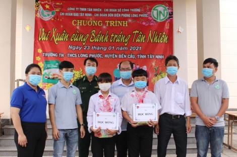 Tặng quà tết cho học sinh xã Long Phước