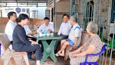 Lãnh đạo tỉnh thăm, tặng quà gia đình lão thành cách mạng ở huyện Bến Cầu
